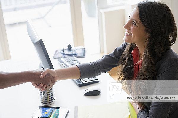 Schreibtisch Mensch Büro Menschen Menschliche Hand Menschliche Hände Business schütteln