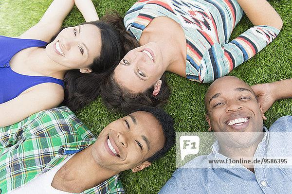 Außenaufnahme liegend liegen liegt liegendes liegender liegende daliegen Freundschaft Gras freie Natur