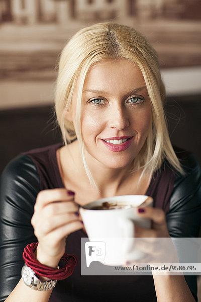 Frau Tasse trinken Kaffee