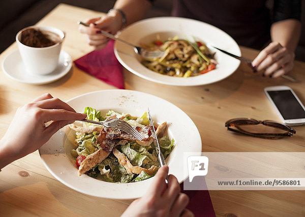 Freundschaft Salat Cafe Close-up essen essend isst