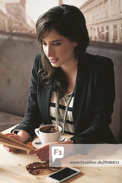 Frau Tasse Cafe Kaffee vorlesen