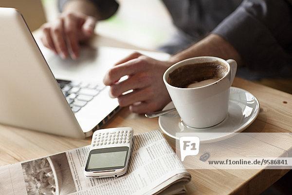 benutzen Mann Tasse Notebook Cafe Close-up Kaffee