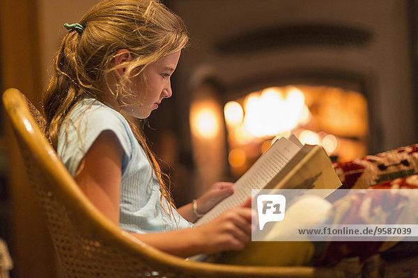 Europäer Zimmer Mädchen Wohnzimmer vorlesen
