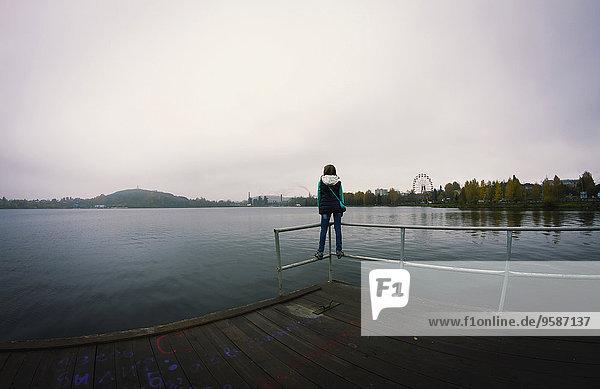 Stilleben still stills Stillleben stehend Europäer Frau über See Dock