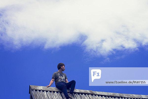 Dach niedrig sitzend Europäer Junge - Person Ansicht Flachwinkelansicht Winkel Zinn