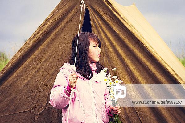 nahe Europäer halten camping Zelt Wildblume Mädchen