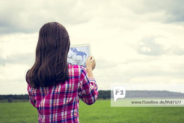 Europäer Computer Fotografie nehmen Feld Wiese Mädchen Tablet PC