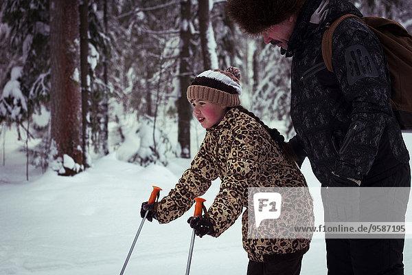 Europäer unterrichten Menschlicher Vater Wald Ski Tochter querfeldein Cross Country