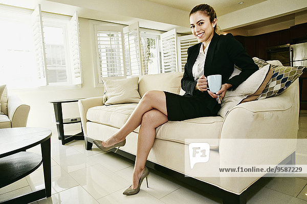 Europäer Geschäftsfrau Tasse Couch trinken Kaffee