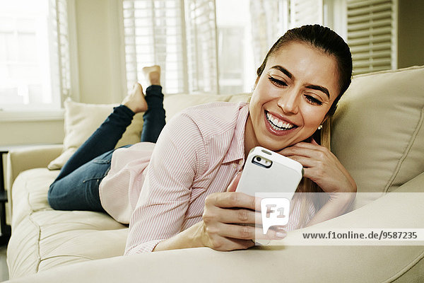 Handy benutzen Europäer Frau Couch