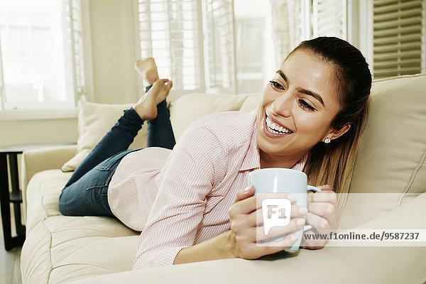 Europäer Frau Tasse Couch trinken Kaffee