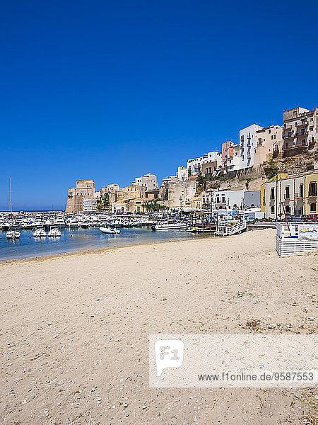 Italien  Sizilien  Provinz Trapani  Fischerdorf Castellammare del Golfo  Strand und Hafen