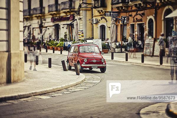 Italien  Apulien  Gallipoli  Parkplatz rot Fiat 500  Mehrfachbelichtung