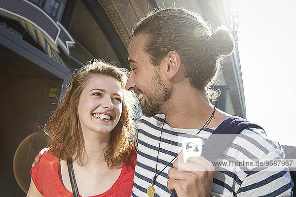 Deutschland  Berlin  Junges Paar auf der Straße