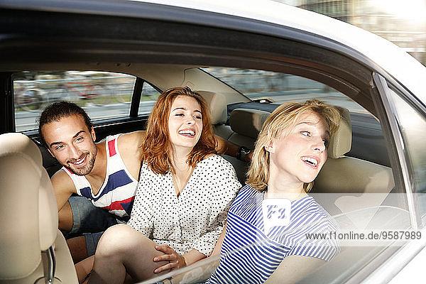 Deutschland  Berlin  Freunde beim Taxifahren