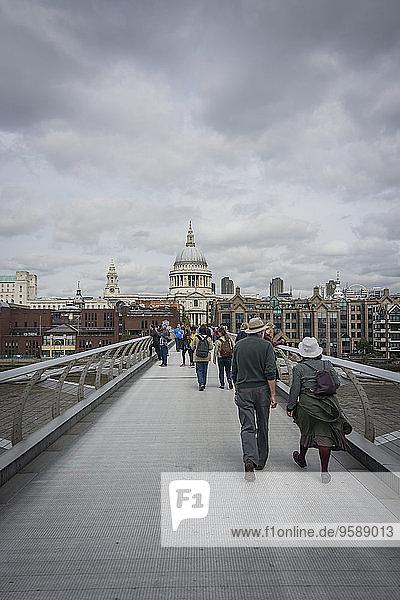 Großbritannien  England  London  Millenium Bridge und St. Paul's Cathedral im Hintergrund