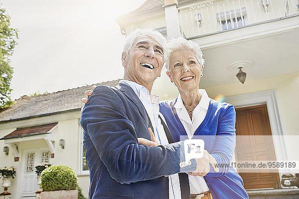 Deutschland  Hessen  Frankfurt  Seniorenpaar vor der Villa