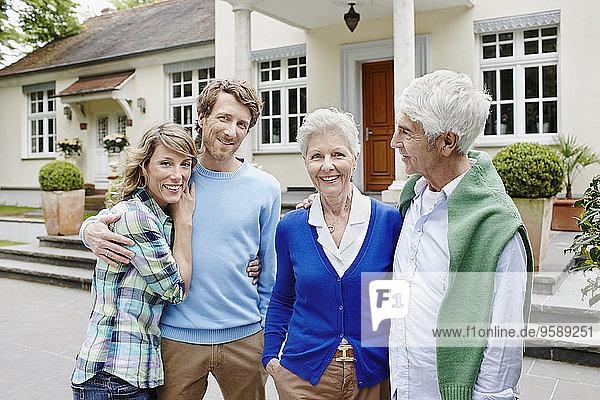 Deutschland  Hessen  Frankfurt  Seniorenpaar mit verheirateten Kindern vor der Villa