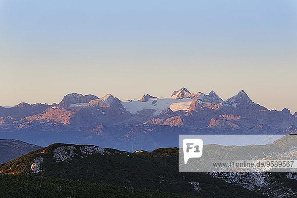 Österreich  Oberösterreich  Salzkammergut  Blick vom Alberfeldkogel auf das Dachsteingebirge im Morgenlicht
