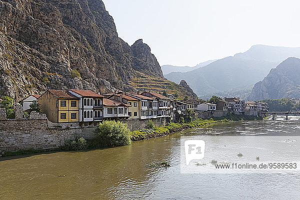 Türkei  Schwarzmeerregion  Amasya  Osmanische Häuser am Fluss Yesilirmak