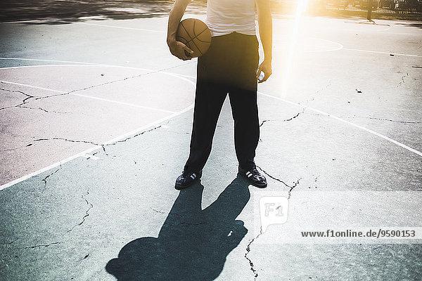 Neck down Ansicht des jungen Basketballspielers