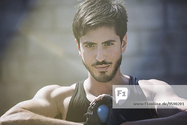 Porträt eines jungen Handballspielers  der den Ball hält Porträt eines jungen Handballspielers, der den Ball hält