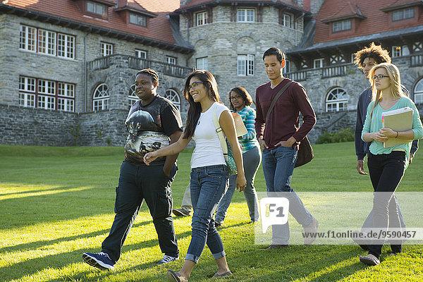 Studenten  die über Gras gehen