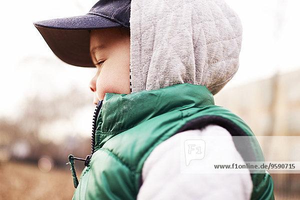 Junge in Winterkleidung