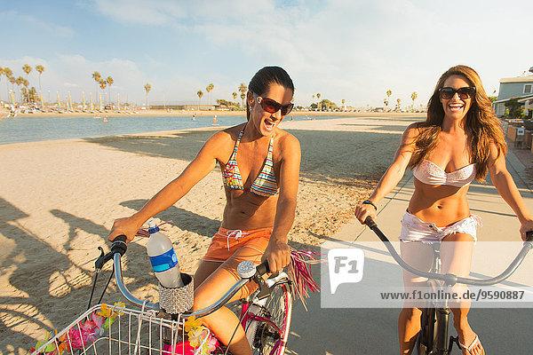 Zwei Frauen beim Radfahren am Strand  Mission Bay  San Diego  Kalifornien  USA