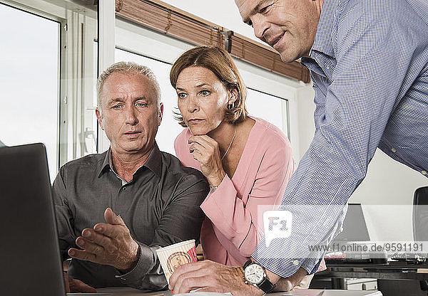 Drei Geschäftsleute im Amt