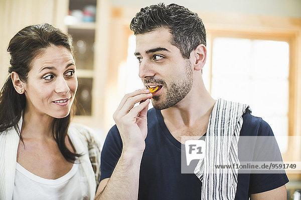 Pärchen plaudern und essen in der Küche
