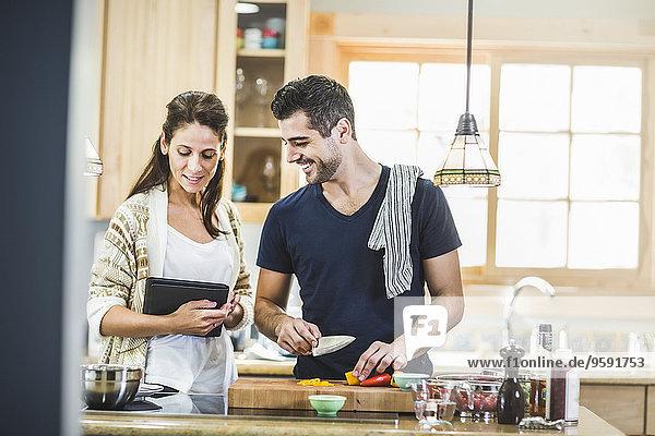 Paar Zubereitung von Speisen und Verwendung von digitalen Tabletten in der Küche