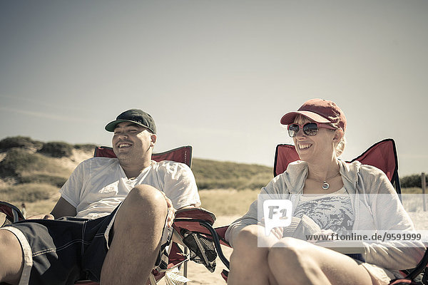Mittleres erwachsenes Paar am Strand  Truro  Massachusetts  Cape Cod  USA