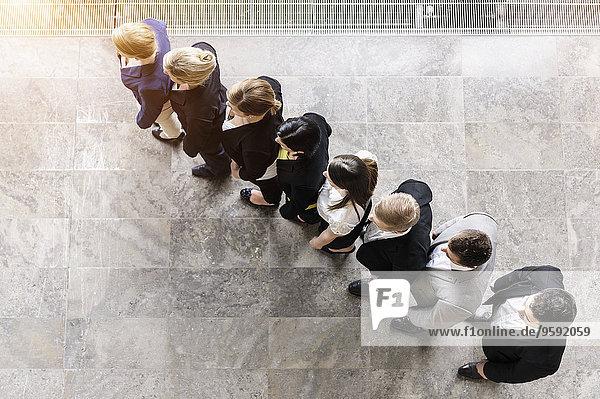 Overhead-Ansicht des Geschäftsteams in einer Reihe