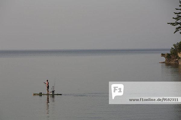 Fernsicht vom Paddelbrett in Lake Superior  Au Train Bay  Michigan  USA