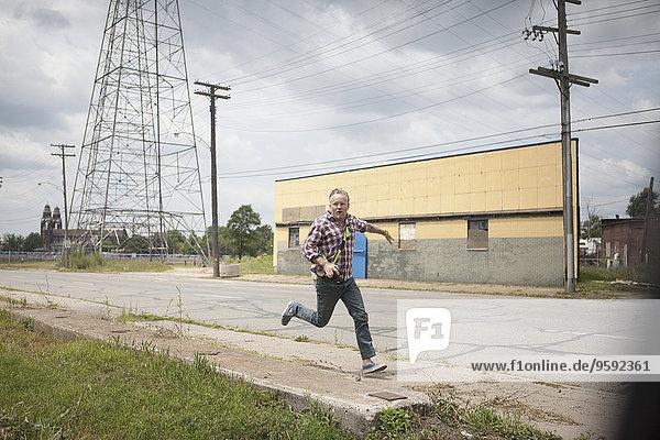 Mann in Panik entlang der Industriestraße  Detroit  Michigan  USA