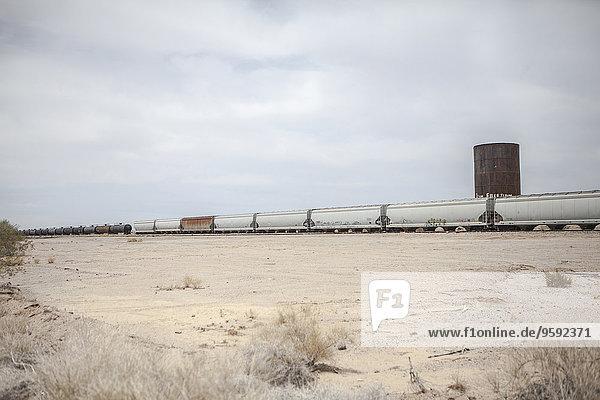 Güterzug in der Wüstenlandschaft  Kalifornien  USA