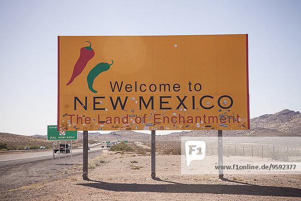 Straßenschild und Autobahn  New Mexico State Line  USA