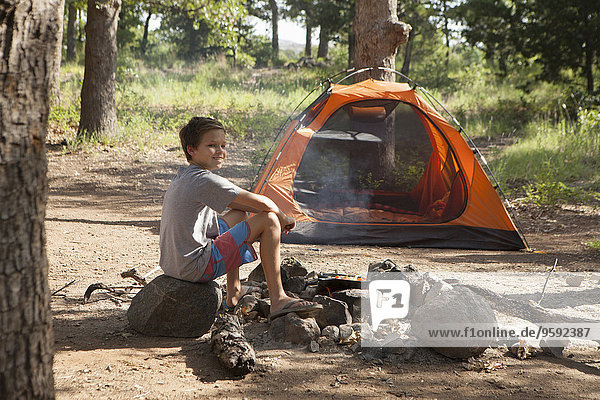 Teenager-Junge bereitet Lagerfeuer vor  Indiahoma  Oklahoma  USA