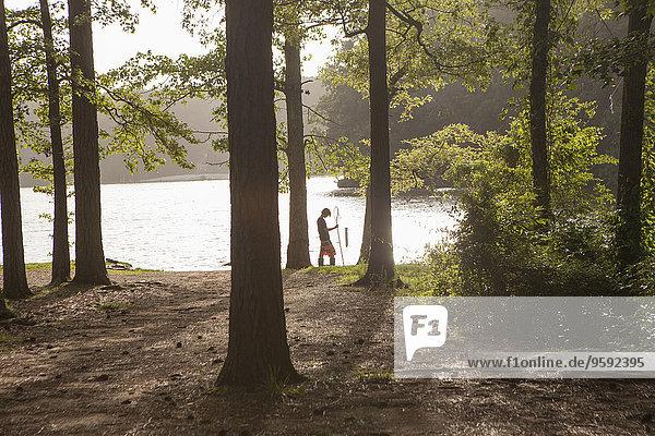 Jugendlicher Junge beim Fischen am Waldsee  Arkansas  USA