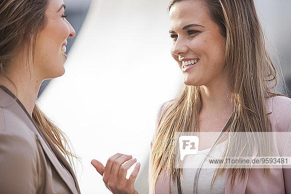 Zwei Geschäftsfrauen bei der Kommunikation