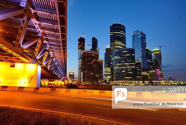 Blick auf Wolkenkratzer und Dorogomilovsky-Brücke bei Nacht  Moskau  Russland