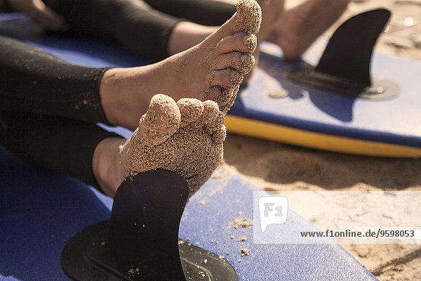 Jungenfüße auf dem Surfbrett  Nahaufnahme