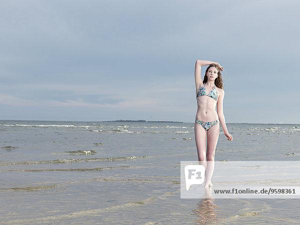 Junge Frau im Bikini im Meer
