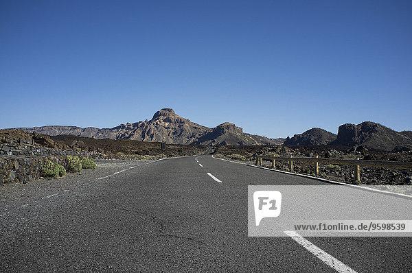 Leere Straße  Teide Nationalpark  Teneriffa  Kanarische Inseln  Spanien