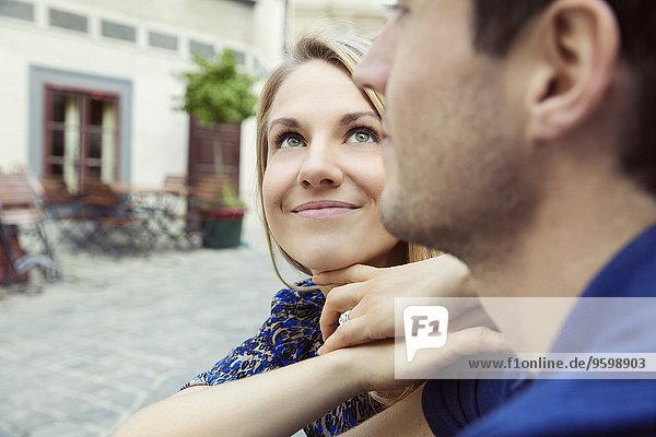 Nahaufnahme eines jungen romantischen Paares auf der Straße