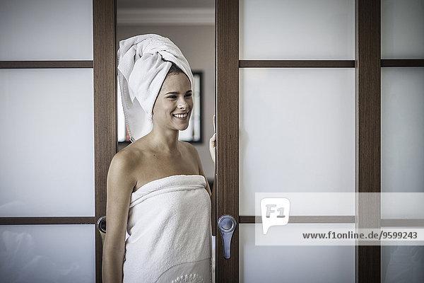 Junge Frau mit Handtuch auf dem Kopf