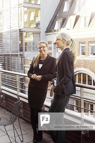 Geschäftsfrau sprechen 2 Terrasse