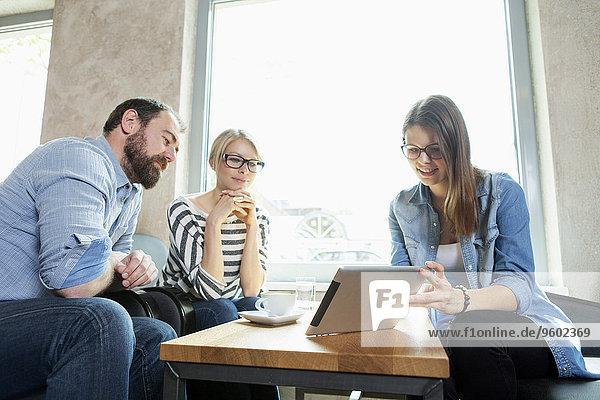 junge Frau junge Frauen zeigen Freundschaft Cafe Tablet PC