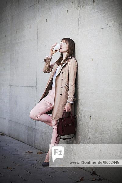 Außenaufnahme junge Frau junge Frauen trinken Kaffee freie Natur
